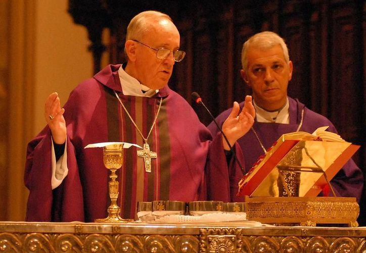 Jorge Mario Bergoglio lamentó que la alegría de vivir disminuya mientras la indecencia y la violencia aumentan. (Notimex)