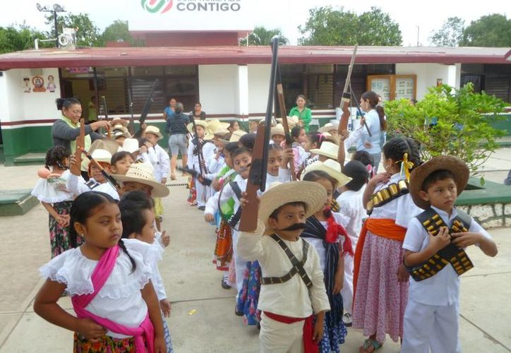 El recorrido inició enfrente del plantel educativo. (Raúl Balam/SIPSE)