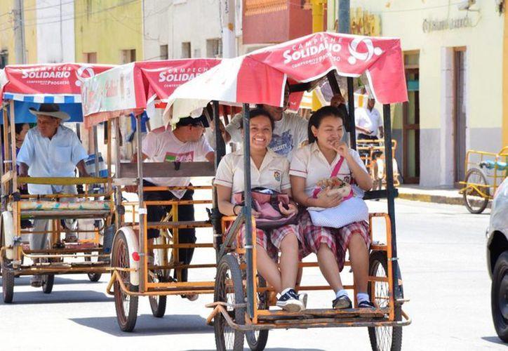 Según la OCDE, en Campeche se espera que la gente viva 75 años. En la imagen, varias personas se desplazan en tricitaxis. (Archivo/Notimex)