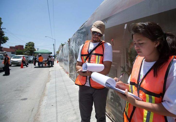 Empleados de Gobierno realizan una encuesta con ciudadanos, en los cruces de la av. Colón y calle 62, donde se construye el Centro Internacional de Congresos. Buscan propuestas para mejorar la vialidad. (Cortesía)