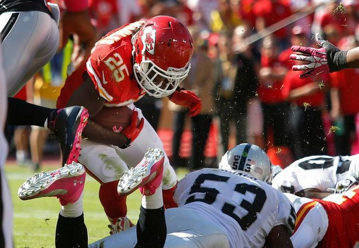 Kansas City logró 10 capturas de mariscal y cortó una racha de tres derrotas consecutivas ante los Raiders. (Agencias)