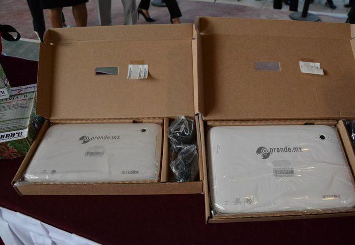 Las tabletas electrónicas se entregaron a los alumnos que cursan el quinto año de primaria en Cancún. (Victoria González/SIPSE)