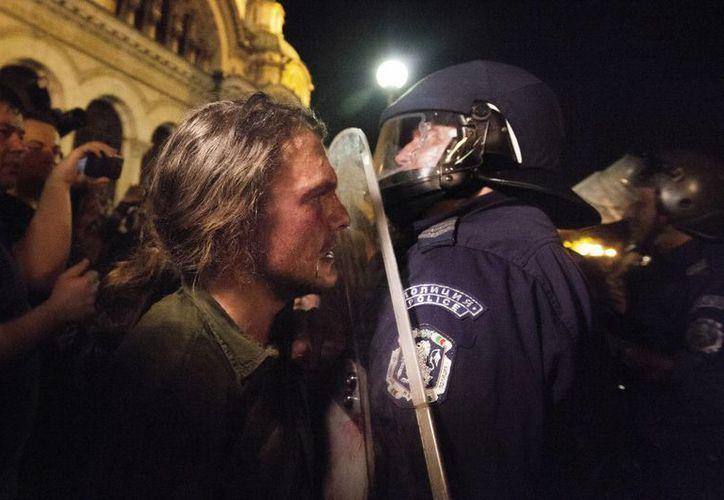 Manifestantes se enfrentan ante la Policía durante las protestas contra el Gobierno de Bulgaria. (EFE)