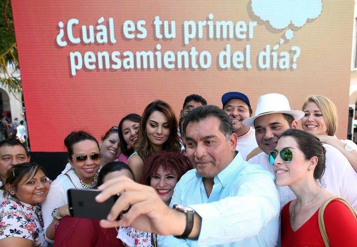 Víctor Caballero Durán se tomó una selfie en el marco de Piensa la Vida en la Plaza Grande de Mérida. (Milenio Novedades)