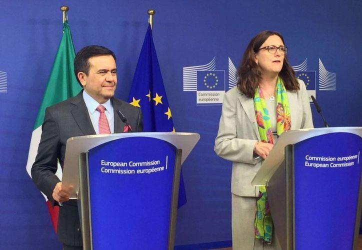 Ildefonso Guajardo, secretario de Economía y Cecilia Malmstrom, comisaria europea de Comercio en conferencia de prensa. (Twitter/@lentepolitico)