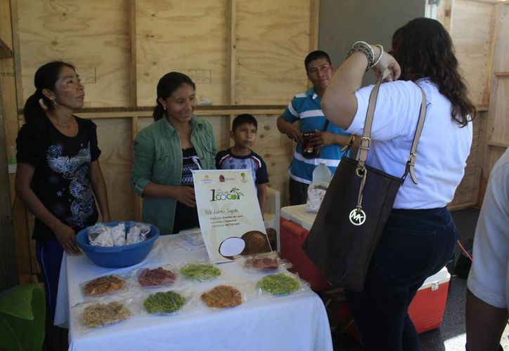 Se establecieron por lo menos 60 stands con variedad de productos que utilizan como materia prima el coco. (Harold Alcocer/SIPSE)
