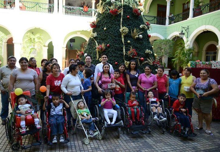 Niños que reciben terapia en Solyluna durante su visita al Palacio de Gobierno. (Cortesía)