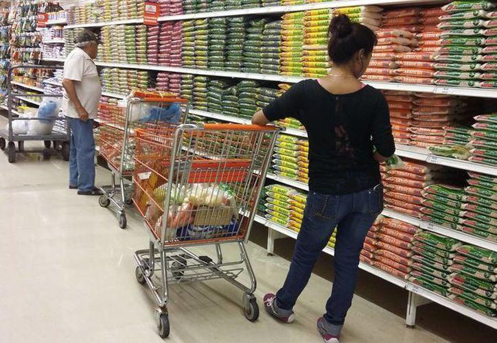 Las familias gastan en alimento, vestido, calzado, entre otros artículos. (Tomás Álvarez/SIPSE)