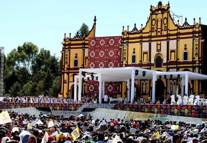 El Papa Francisco ofició una misa ante miles de indígenas de etnias de todo el país e incluso de naciones centroamericanas, que se reunieron en el Centro Deportivo Municipal de San Cristobal de las Casas. (Notimex)