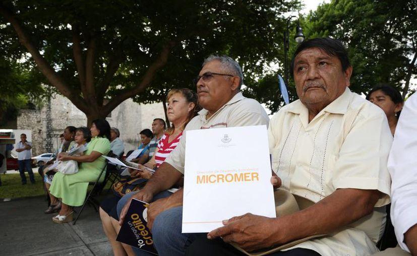 Beneficiarios del programa Micromer que este viernes recibieron créditos del Ayuntamiento de Mérida. (SIPSE)