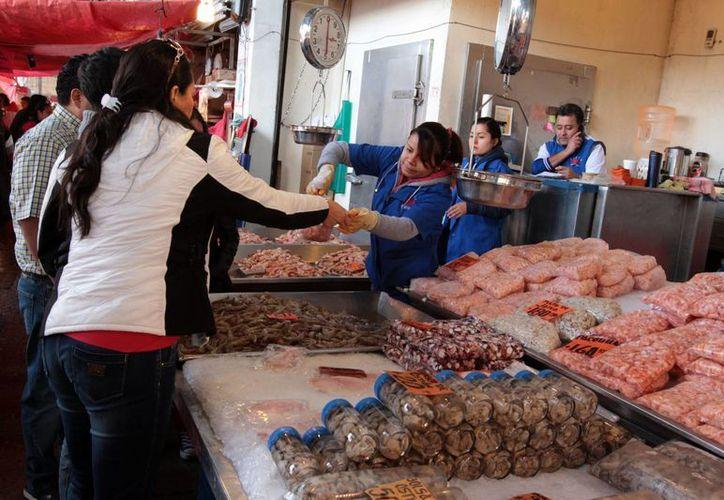 Según la Conapesca, entre 80 y 85 mil toneladas de pescados y mariscos se venden en el mercado de La Nueva Viga de la ciudad de México. (Foto: Notimex)