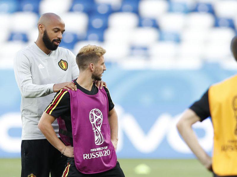 Thierry Henry, figura de Francia a finales de los años 90 y hoy auxiliar con Bélgica, aparece detrás de Kevin de Bruyne (Foto AP)