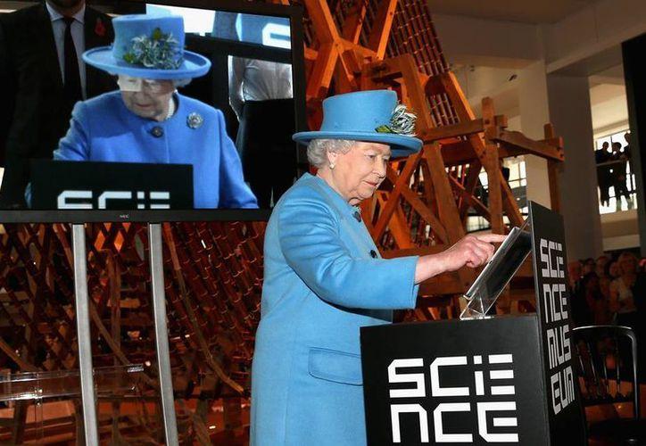 La reina Isabel II escribió: 'Espero que las personas disfruten la visita' a la exposición y envió el tuit mediante la cuenta oficial de la monarquía británica. (AP)