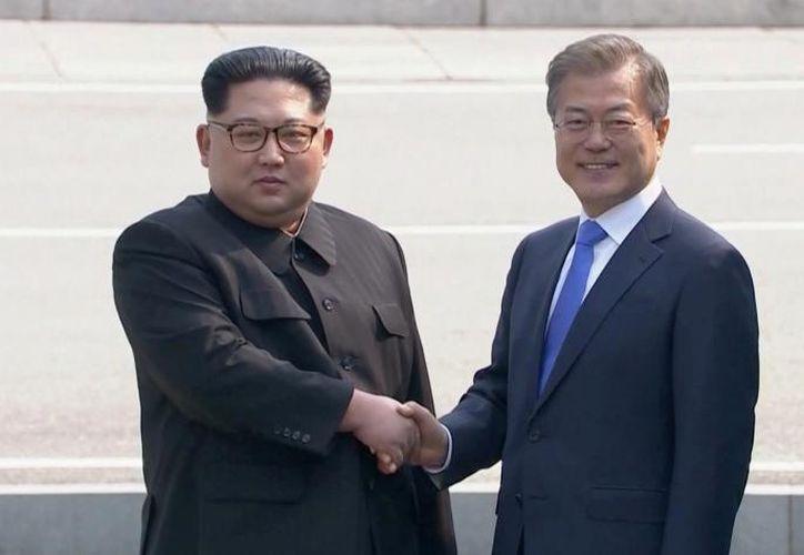El 'apretón' de manos entre ambos líderes fue considerado histórico. (Foto: Reuters).