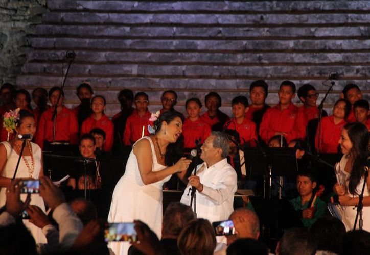 La nueva edición del Festival Internacional de la Cultura Maya 2015 tendrá como invitados a Cuba y Quintana Roo, y se rendirá un homenaje a Armando Manzanero, quien en la foto aparece durante el anuncio del programa oficial. (SIPSE)