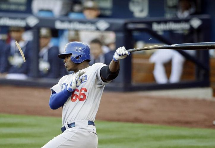 El angelino Yasiel Puig rompe su bat durante un partido de Dodgers contra Padres de San Diego. (Agencias)