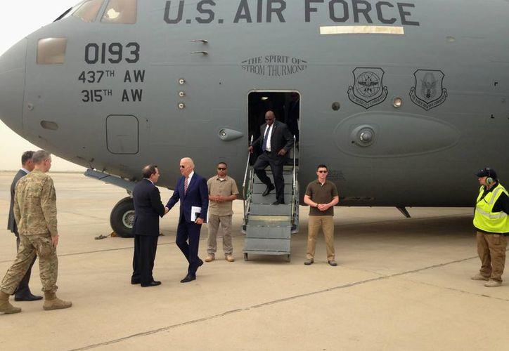 El vicepresidente Joe Biden es recibido por el embajador de Estados Unidos en Irak, Stuart Jones, a su llegada a Bagdad, Irak. (Agencias)