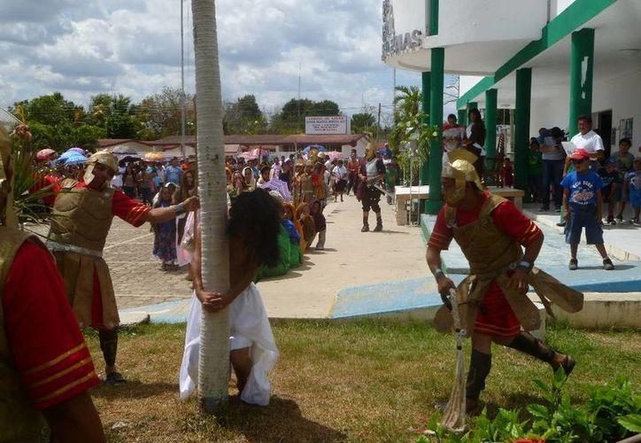 Ante la mirada atónita de los espectadores, Jesús es azotado por órdenes de Ponsio Pilatos. (Raúl Balam/SIPSE)