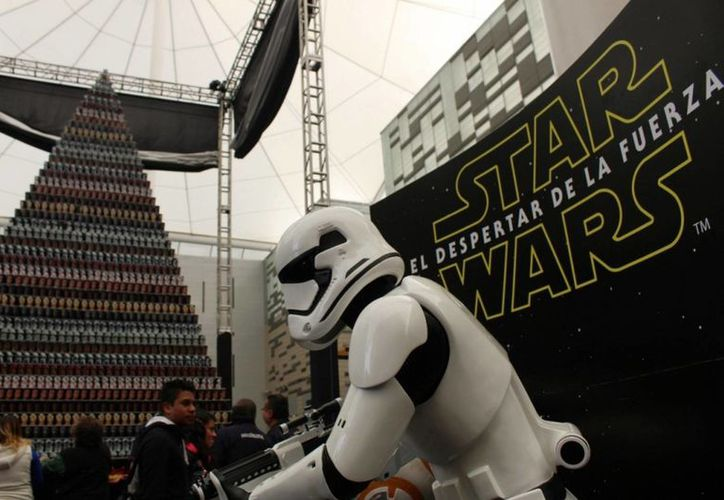 Este sábado México se llevó un récord Guinness al contruir la pirámide de vasos más grande del mundo, los cuales están dedicados a las películas de Star Wars. (Notimex)