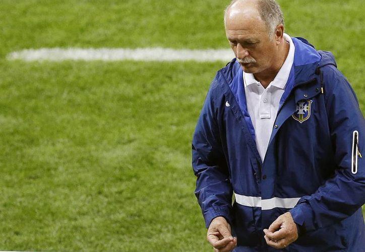 Luiz Felipe Scolari, técnico brasileño, era la viva cara de la derrota en los últimos minutos del partido. (AP)