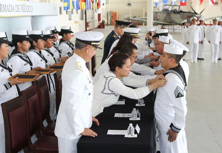 La imposición de condecoraciones se realizó en el marco de los festejo del 'Día de la Armada de México', celebrado ayer. (Joel Zamora/SIPSE)