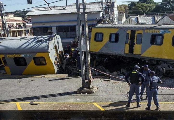 Imagen de contexto del choque de dos trenes de pasajeros en el sur de Johannesburgo en abril pasado.  En el accidente de hoy se reportó al menos a 300 personas heridas.(www.excelsior.com)