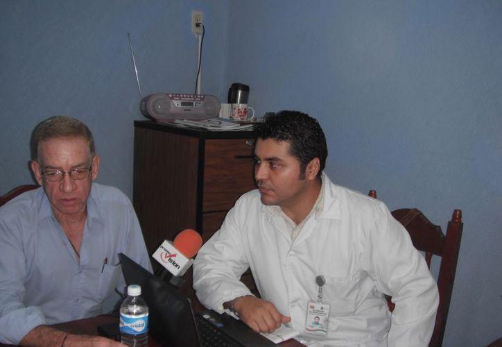 Roberto Guzmán y Abraham Villanueva invitan a la feria de la salud, que se llevará a cabo mañana, en el sindicato de taxistas. (Stephani Blanco/SIPSE)