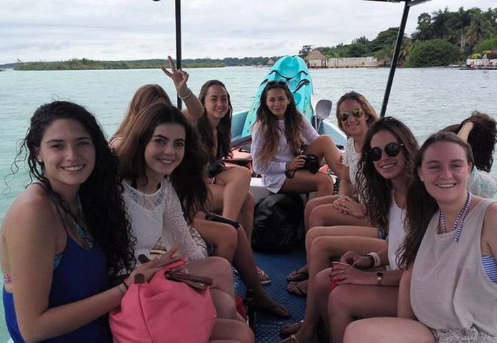 Cada vez son más los turistas de Bacalar que buscan la vida nocturna. (Javier Ortiz/SIPSE)