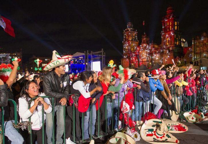 La gente ya está lista en el Zócalo capitalino para la ceremonia del Grito de Independencia. (Notimex)