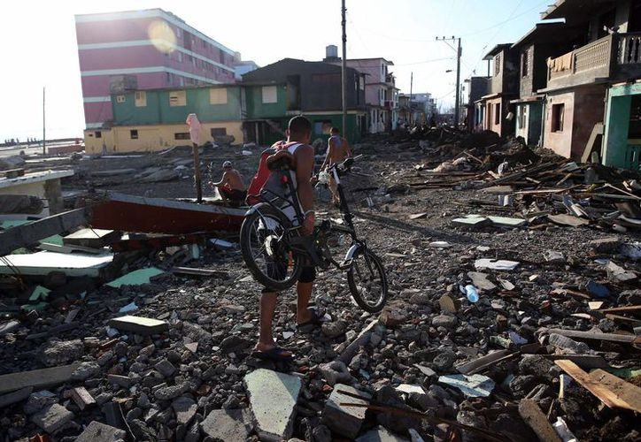 Imagen de cubanos en Baracoa tras el paso del huracán Matthew, en octubre pasado. En esta zona se restaura el viaducto de la loma La Farola, proclamado en 1999 como una de las siete joyas de la ingeniería civil de la isla. (EFE/Archivo)