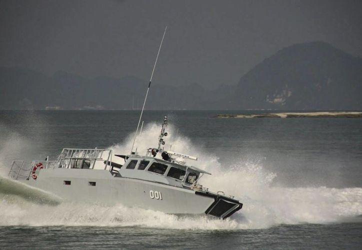 Fotografía sin fechar facilitada hoy por la Armada malasia, que muestra el buque de guerra malasio CB90H. (EFE)