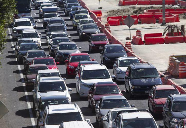 La Policía Federal pide a los autovilistas extremar precauciones ante el gran aforo en las autopistas. (Archivo/Notimex)
