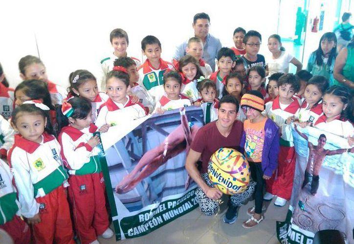 El deportista yucateco recibió regalos y muestra de cariño por parte de decenas de personas, en su mayoría niños, durante su llegada al Aeropuerto Internacional de Mérida. (Marco Moreno/Milenio Novedades)