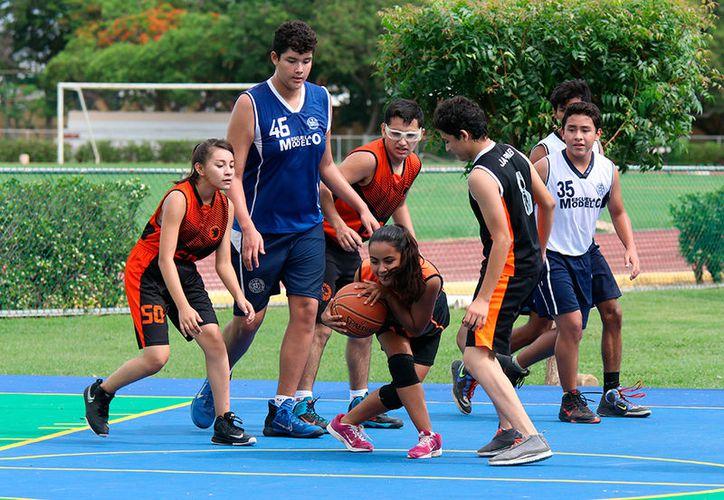 Las canchas nuevas fueron aprovechadas por jóvenes de diferentes escuelas con un torneo de 'basquet'. (José Acosta/Milenio Novedades)