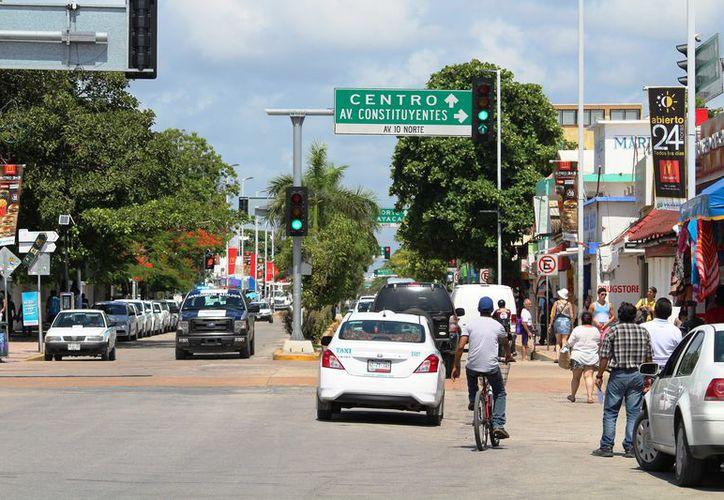a los alrededores de la avenida Juárez, es decir el primer cuadro de la ciudad, circulan alrededor de 15 mil 180 vehículos por hora, en un horario de las 8 a las 22 horas. (Redacción/SIPSE)