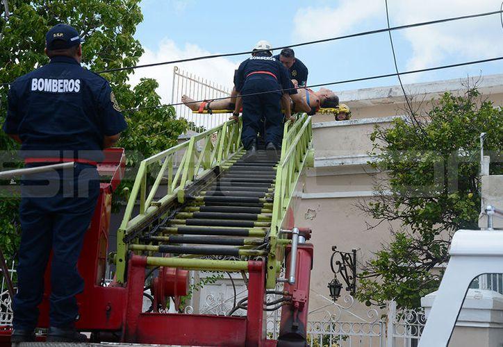 La maniobra de rescate se realizó en un predio del segundo cuadro de la ciudad. (Victoria González/SIPSE)