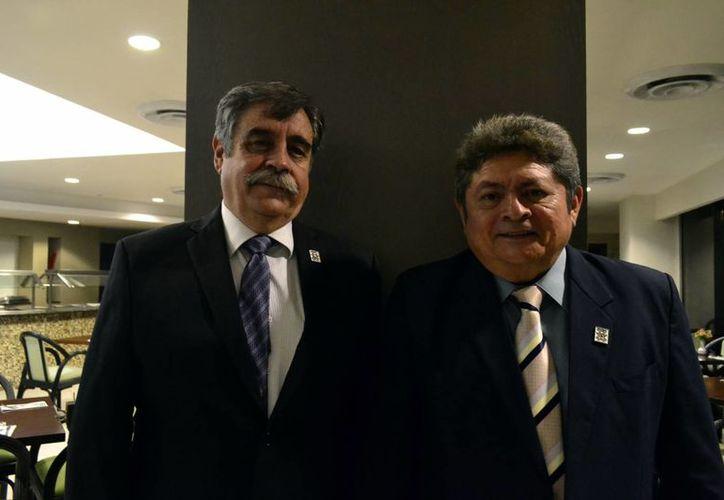 Francisco Gallo Palmer y Carlos Ramirez Aguilar, quien tomó protesta como presidente del primer Consejo Directivo de la Asociación Mexicana de la Industria de la Construcción, delegación Yucatán. (Milenio Novedades)
