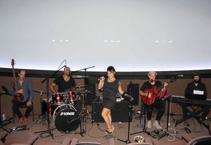 La agrupación New Crazy Company se presentó ayer por la noche en el domo digital del planetario Ka'Yok'. (Redacción)