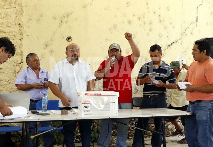 Con la mano en alto, Dzul Matú se dirige a los asistentes. (José Acosta/Novedades Yucatán)