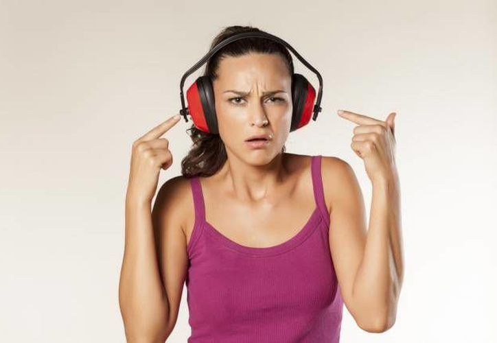 Las personas presentan problemas auditivos cada vez más a una corta edad debido a costumbres como el uso de audífonos por un prolongado tiempo o con un volumen alto. (eju.tv)