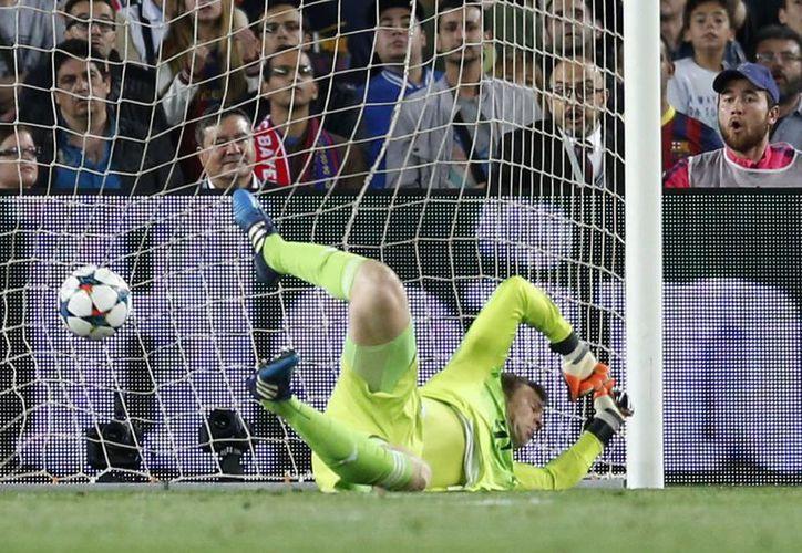 Neuer, que había salvado 3 claras oportunidades de gol, al final no pudo evitar la caída de su marco. Aquí en el primer gol de Messi, por debajo. (Fotos: AP)