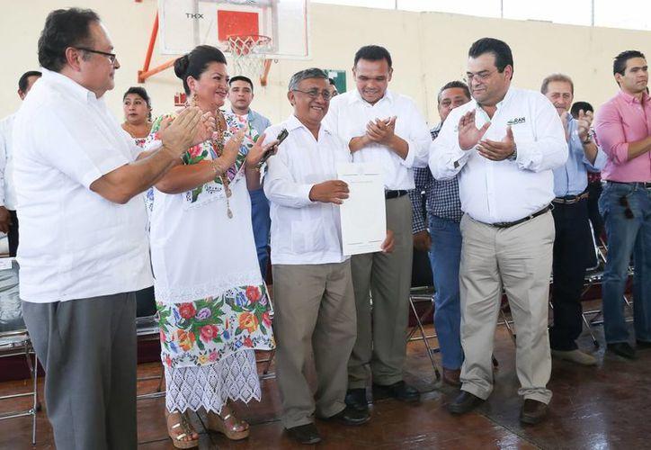 Los alcaldes de Tekax y Oxkutzcab acompañaron al gobernador Rolando Zapata Bello en la entrega de apoyos del programa Peso a Peso. (SIPSE)
