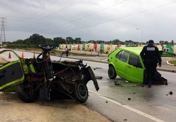El auto compacto literalmente quedó partido en dos. Un agente de la SSP al momento de revisar los restos del automóvil accidentado. (Milenio Novedades)