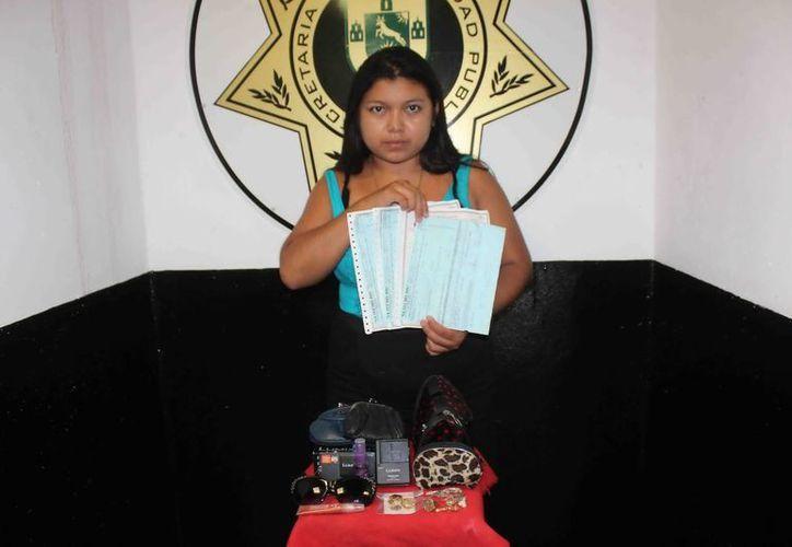 La empleada doméstica Bianca Vianey Noh Tun con los objetos robados. (Milenio Novedades)