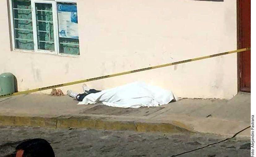 El hijo de un hombre que estaba siendo asaltado en Atlacomulco, Estado de México, quien iba conduciendo una camioneta roja Nissan tipo Titan, inició una persecución contra los presuntos delincuentes y al alcanzarlos los atropelló. (Agencia Reforma)