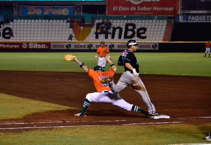 Leones de Yucatán se llevó los dos juegos que se disputaron este domingo, en el parque Kululcán, ante Saraperos de Saltillo. (Daniel Sandoval/SIPSE)
