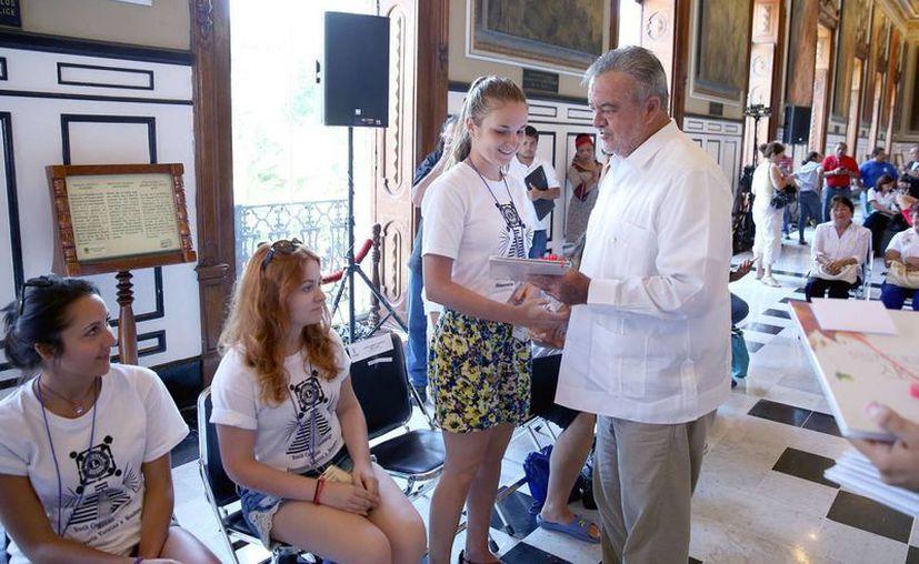 El jefe del Despacho del Gobernador, Eric Rubio Barthell, convivió con campistas de 13 países, que estarán en Yucatán hasta el 26 de julio. (Foto: cortesía del Gobierno del Estado)