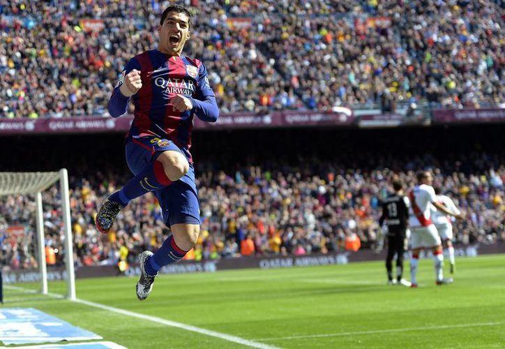 El uruguayo Luis Suárez anotó dos tantos en la goliza de Barcelona sobre Rayo Vallecano. (AP)