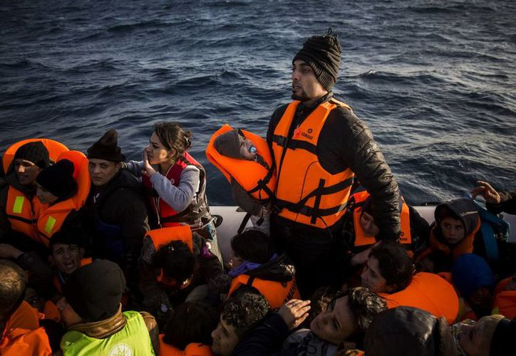 Migrantes que quedaron perdidos en mar abierto piden ayuda a miembros portugueses de Frontex, la agencia de protección de fronteras de la UE. (Agencias)