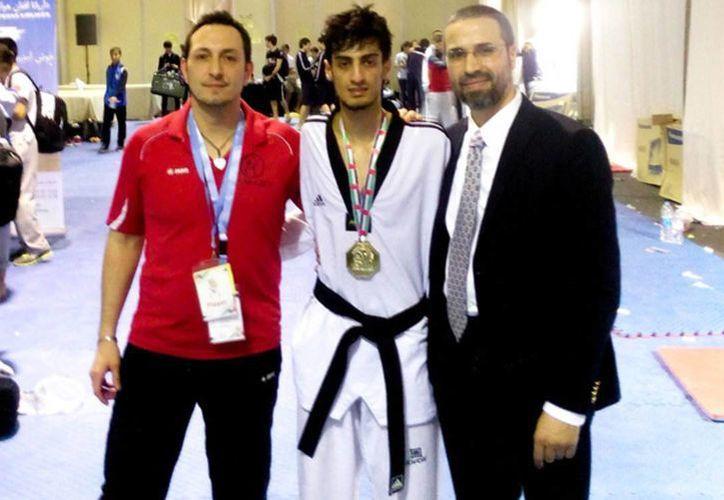 Mourad Laachraoui (centro), hermano de uno de los kamikazes de los atentados en Bruselas, es el nuevo campeón europeo de taekwondo. (Imagen tomada de sport.es)